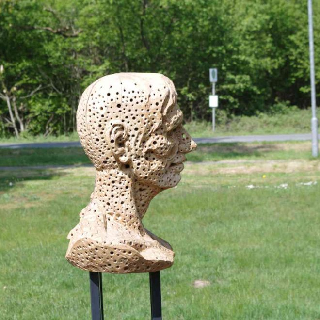 Holzbüste im Profil